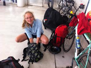 Photo: Lauranne prépare son sac vélo (une polaire, un paquet de BN, une frontale, une couverture de survie, un change complet, des lunettes de soleil)