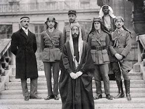 Photo: Um das fotos da famosa conferência de Versailles. Ao centro está o Emir Faisal e atrás dele, à direita, o Coronel T.E. Lawrence.