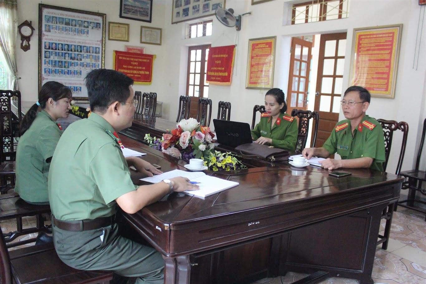 Đội Cảnh sát PCCC&CNCH làm việc với Báo Công an Nghệ An