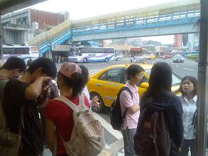 Photo: 大家一起在基隆車站前等著客運