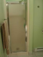 Photo: 2007 mon frère m'a donné une porte de douche.. mais on rêve encore un jour d'agrandir la douche