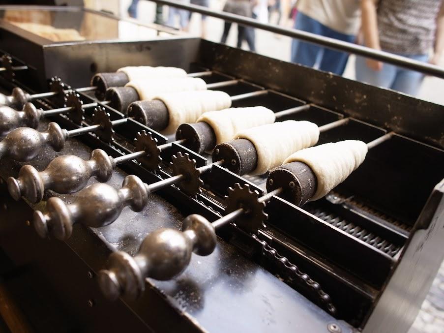 Trdelník的烤架,這玩意變成去捷克的必吃小吃,傳統只有麵團捲沾糖粒,現在開發出在中間填果醬、鮮奶油的吃法