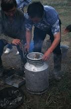 Photo: 03275 ハドブルグ家/ホルホック/牛乳缶に少量の水や塩を入れ、小分けにした肉と焼石を入れる。ゴムパッキンの付いた蓋で密閉してバーナーなどで加熱する。