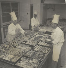 Photo: A cozinha do Hotel Quitandinha é maior que a de um transatlântico e tinha capacidade para servir até 10 mil pratos por dia. Era dividida em três partes: uma para doces, outra para salgados e outra para cafés. Aí trabalhavam até 100 cozinheiros ao mesmo tempo, comandados pelo Chef Gabriel Conté, sendo ele o da esquerda. Foto da década de 40