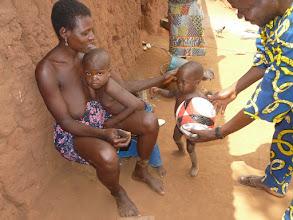 Photo: retour au village, et don d'un ballon