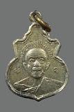 เหรียญคอน้ำเต้า หลวงปู่ทิม วัดละหารไร่ เนื้ออัลปาก้าชุบนิเกิล พ.ศ. 2517 นิยมยันต์นูน พร้อมบัตร