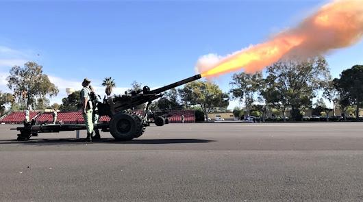 Truenan los cañones de la Artillería de la Legión en honor a Santa Bárbara