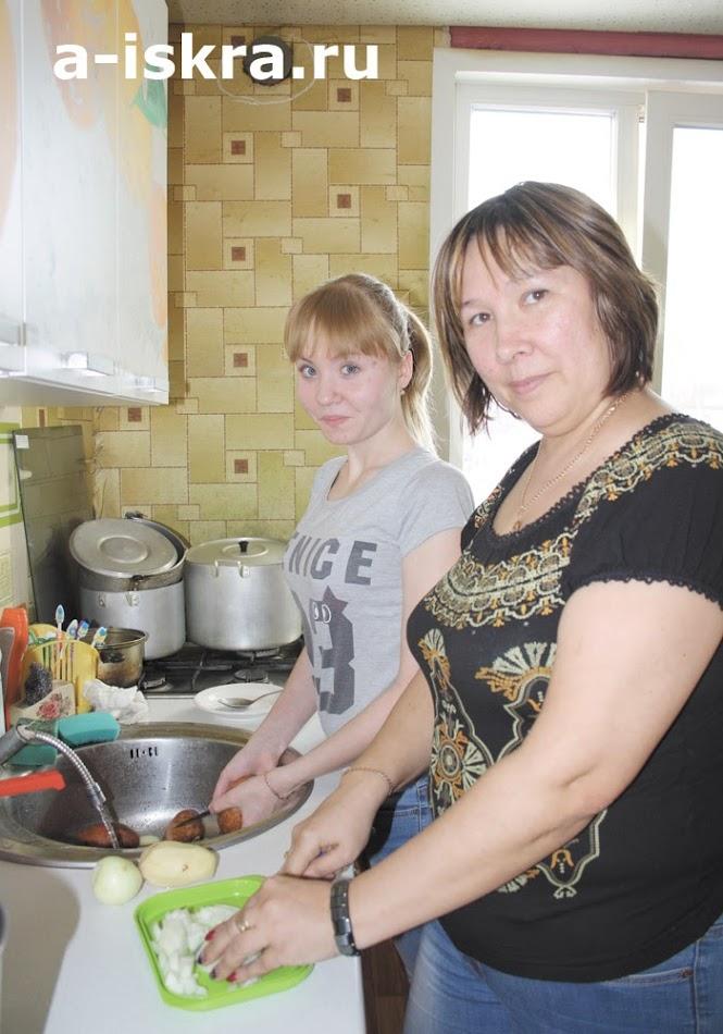 ...мама Лилия и Лера успевали готовить обед