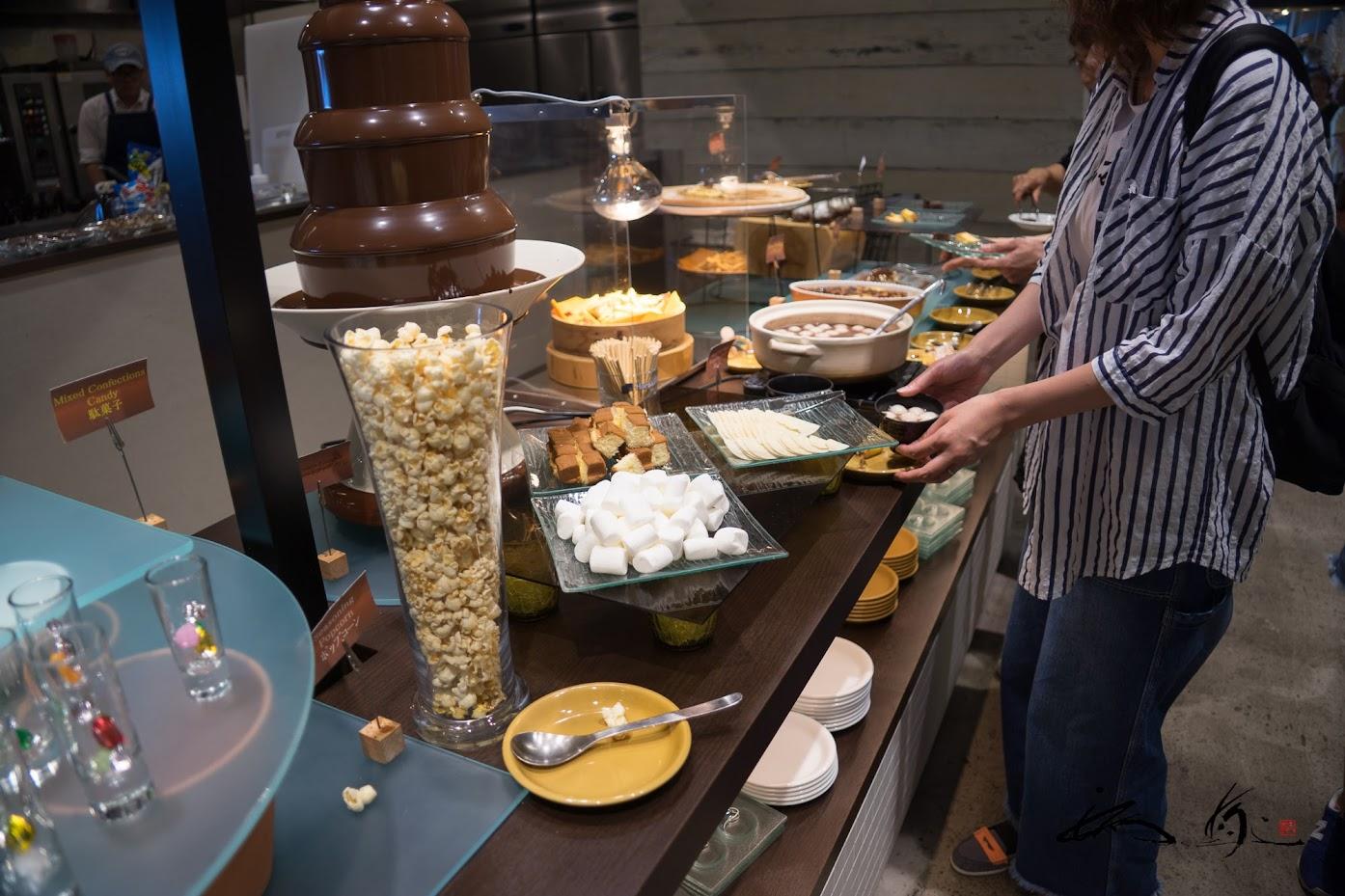 チョコレートファウンテンなどのデザートコーナー