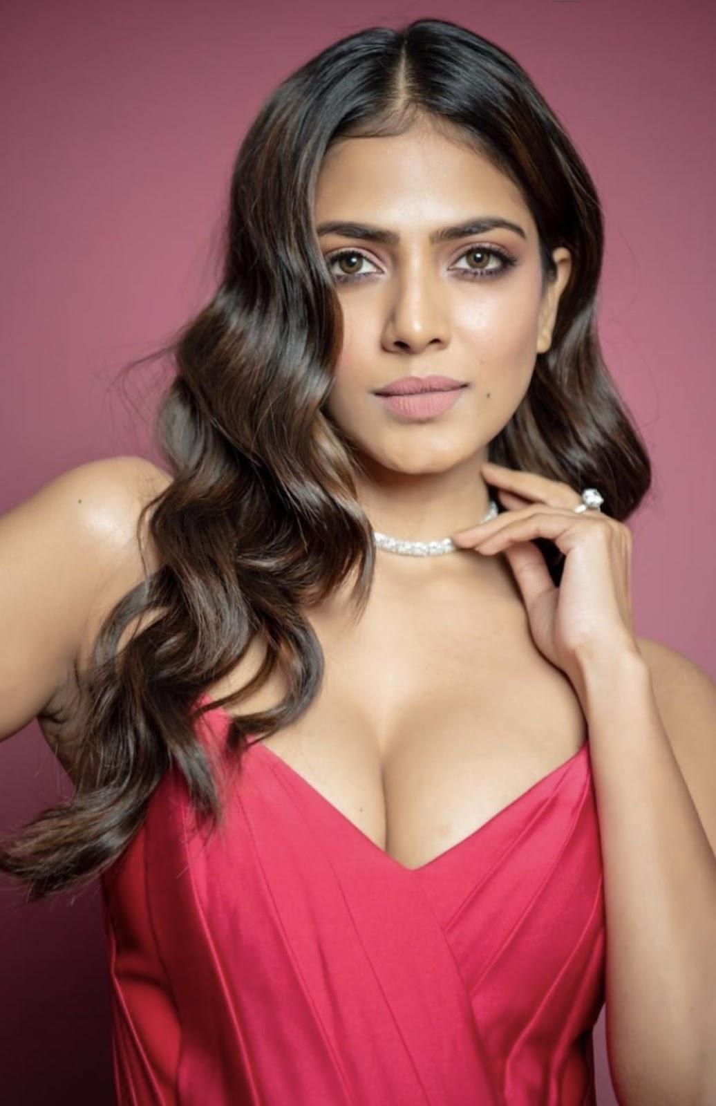 Malavika Mohanan hot cleavage photos Navel Queens