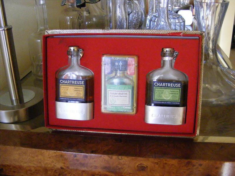 """Photo: Coffret promotionnel des années 1950/1960 incluant deux flasks de liqueur et un flacon d'élixir végétal. Vous aurez reconnu des objets figurant déjà dans la présente galerie ( """"Duo, les deux font la paire"""" et le """"petit flacon d'élixir végétal"""" ). (Merci à PFG !)"""