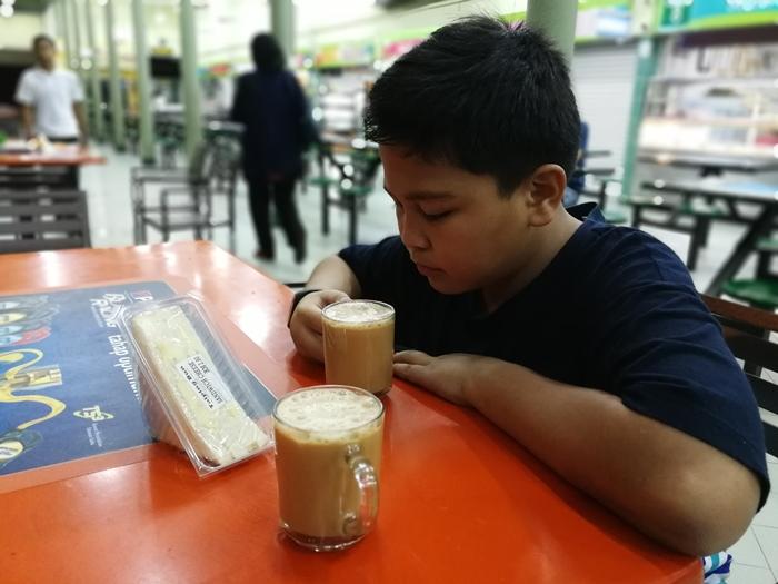 Berhenti solat Subuh di R&R Hulu Semanggol dan sarapan pagi ringan-ringan air teh tarik dan roti sandwich.
