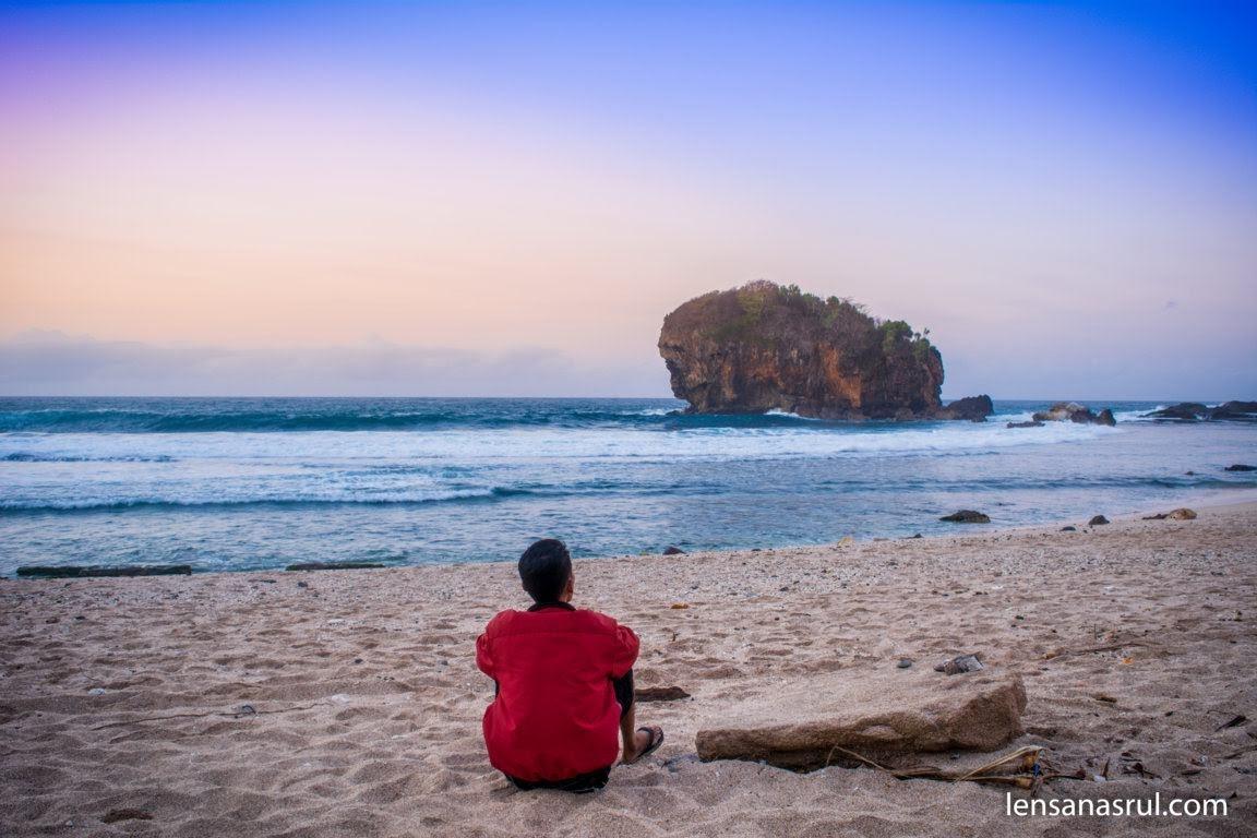 Menikmati udara pagi dan suara ombak pantai jungwok