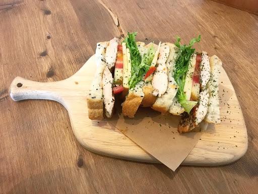 🔸香草雞肉三明治 不太喜歡夾番茄😅但整體還可以