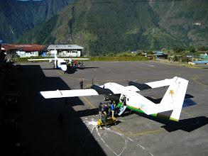 Photo: on vient d'arriver à l'aérodrome de  Lukla (2850 m)