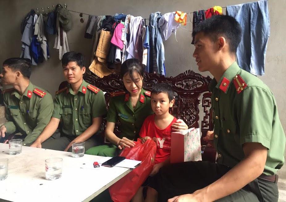 Tuổi trẻ Công an TX Hoàng Mai thăm, tặng quà cho 3 anh em Nguyễn Bá Thân nhân ngày Quốc tế thiếu nhi 1/6
