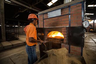Photo: Jorge Eliécer alimentando el horno con cascarilla de café - Supía