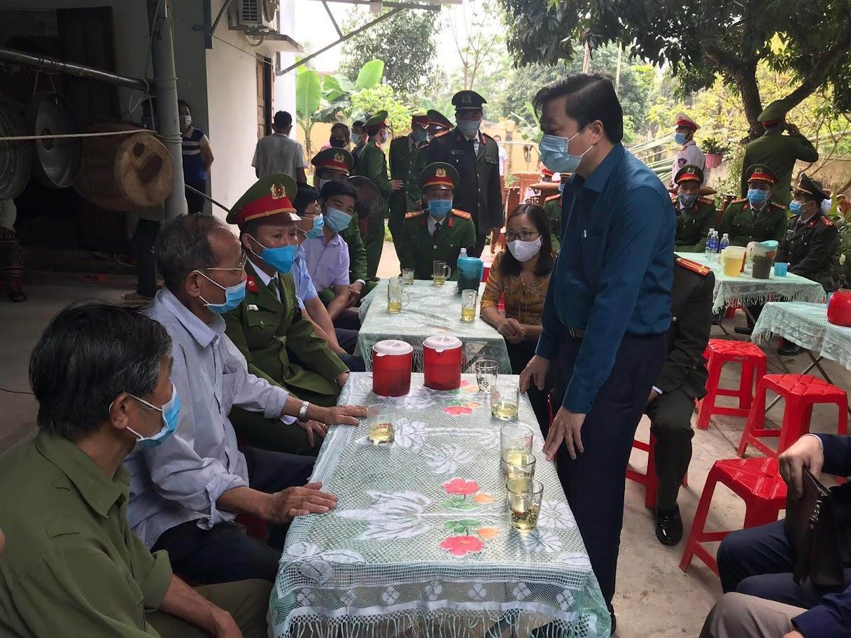 Đồng chí Lê Hồng Vinh, Uỷ viên BTV tỉnh uỷ, Phó Chủ tịch UBND tỉnh cùng đoàn công tác chia sẻ những mất mát đau thương với gia đình đồng chí Thượng uý Sầm Quốc Nghĩa