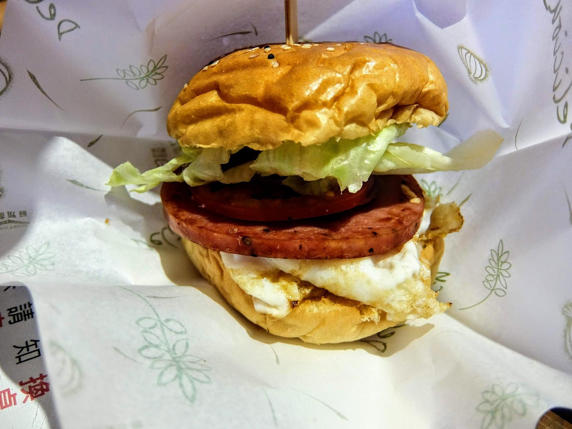 厚切火腿漢堡,中間的火腿肉片很厚實喔!