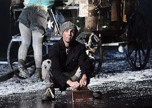 Photo: WIEN/ BURGTHEATER: MUTTER COURAGE UND IHRE KINDER von Berthold Brecht. Inszenierung David Boesch. Premiere 8.11.2013, Sara Viktoria Frick, Tini Hillebrand. Foto: Barbara Zeininger