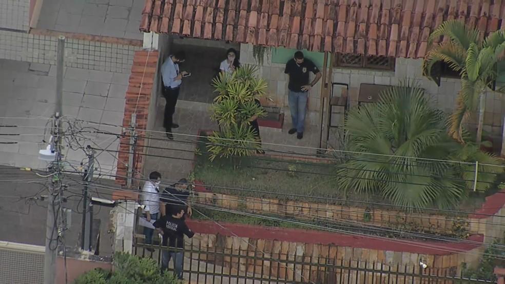 PF cumpre mandados em casa de falsa enfermeira — Foto: Reprodução/TV Globo