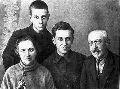 Д.С. Лихачев с родителями и братом Юрием. Весна 1929 г.