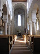 Photo: Martinskirche Neckartailfingen: Ein hohes, schmales Mittelschiff läuft auf die Hauptapsis zu; der Obergaden wird von je drei Säulen getragen.