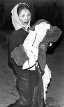 Photo: Bà mẹ đau buồn ôm xác con thơ bọc trong chăn, bị giết vì trái bộc phá Việt cộng bắn vào làng Ap Do...         http://www.vietnam.ttu.edu/virtualarchive/items.php?item=va004317  A grief-stricken South Vietnamese mother carries the blanket-wrapped body of her baby, killed during a Viet Cong mortar barrage on the village of Ap Do on February 27