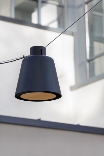 De Tumbler hangende straatverlichting met een spankabel voor pleinen en straten uit de collectie van Urbidermis by Santa & Cole naar een design van Industrial Facility