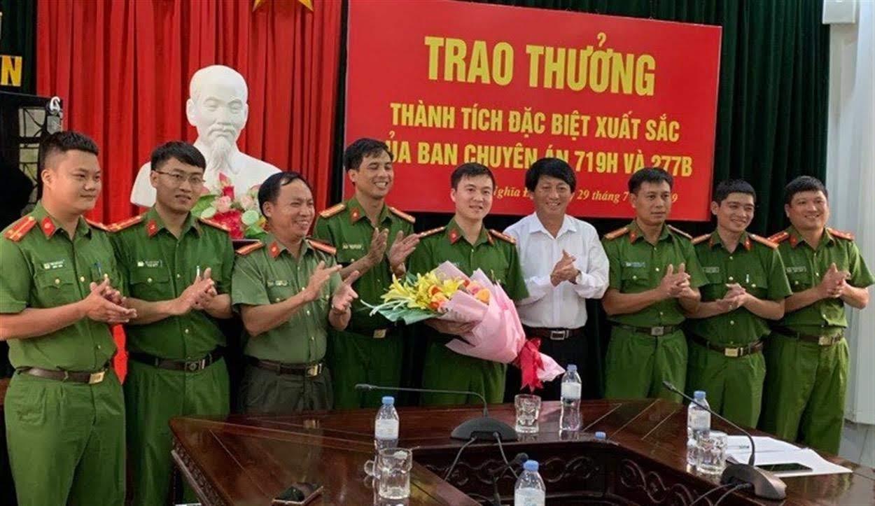 Lãnh đạo UBND huyện Nghĩa Đàn trao thưởng cho Công an huyện                            vì thành tích xuất sắc trong đấu tranh phòng, chống tội phạm