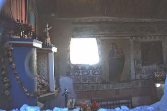 Photo: interior, desde el exterior, cerca del altar de la iglesia de parinacota