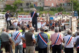 """Photo: Manif """"Touche pas à mon Maire"""" le 7 mai 2011 à Villeneuve-de-Berg  - © Olivier Sébart"""