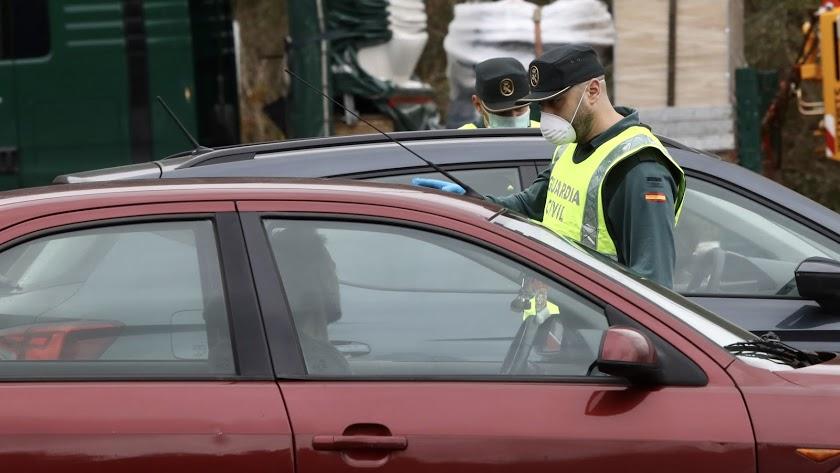 Un guardia civil con mascarilla en un control, en una imagen de archivo.