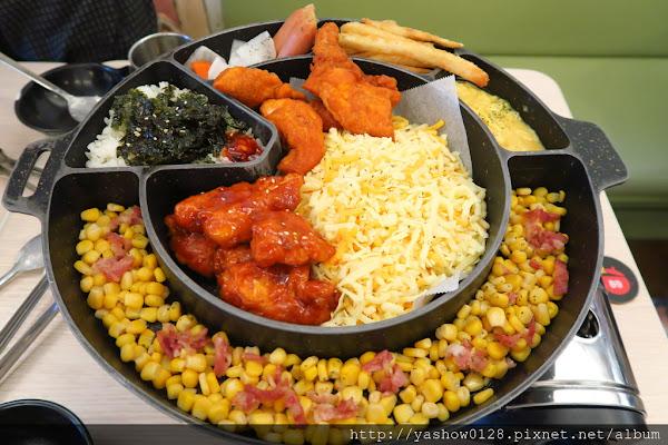 奔跑吧!年糕鍋韓國年糕鍋專賣店(一中店)~~幾乎每桌都會點起司雞鍋,但更推薦牛奶部隊年糕鍋,配料豐富又好吃,還是一中價格,起司雞鍋多人來比較適合點~~