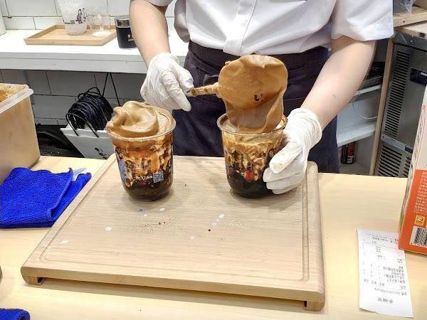 幸福堂結合韓國超夯400次咖啡 推出了✨ 幸福400次咖啡系列 ✨ 👉 400次幸福黑糖珍珠鮮奶咖啡 綿密濃郁的咖啡奶蓋配上香醇鮮乳 現煮的黑糖珍珠Q彈還多了焦香味 不用打到手酸來幸福堂買一杯就👌