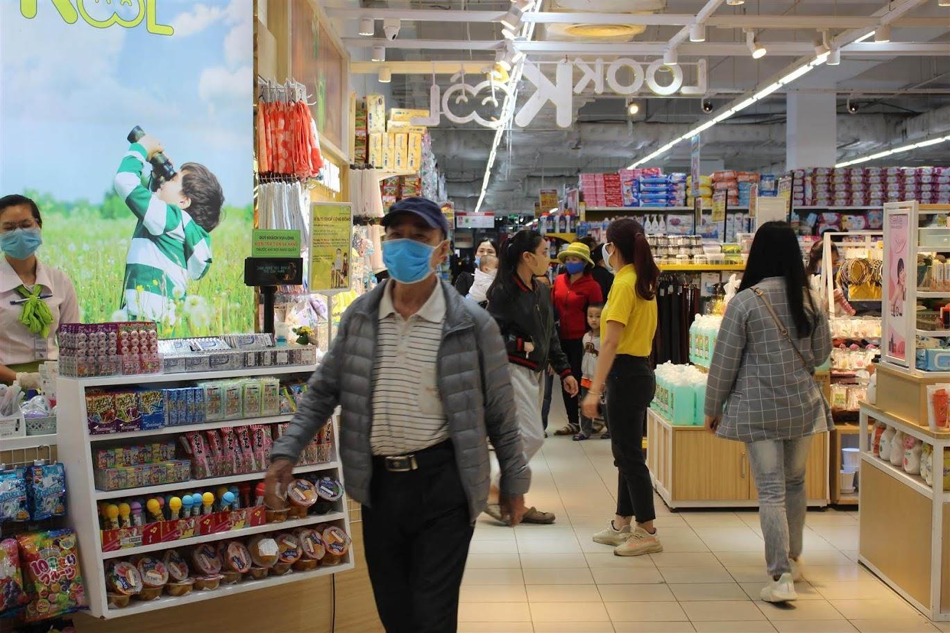 Theo ghi nhận của PV Báo Công an Nghệ An vào sáng ngày 18/3, tại siêu thị Big C Vinh, việc đeo khẩu trang được thực hiện khá nghiêm túc.