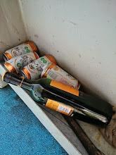 Photo: ビール4本、ワイン1本すでにカラッポ。