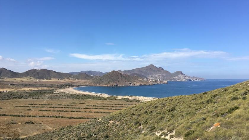 Los Genoveses, ensenada cerrada por cerros de origen volcánico.