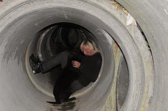 Photo: Ikita og June i et mørkt rør under ruinhaugen.