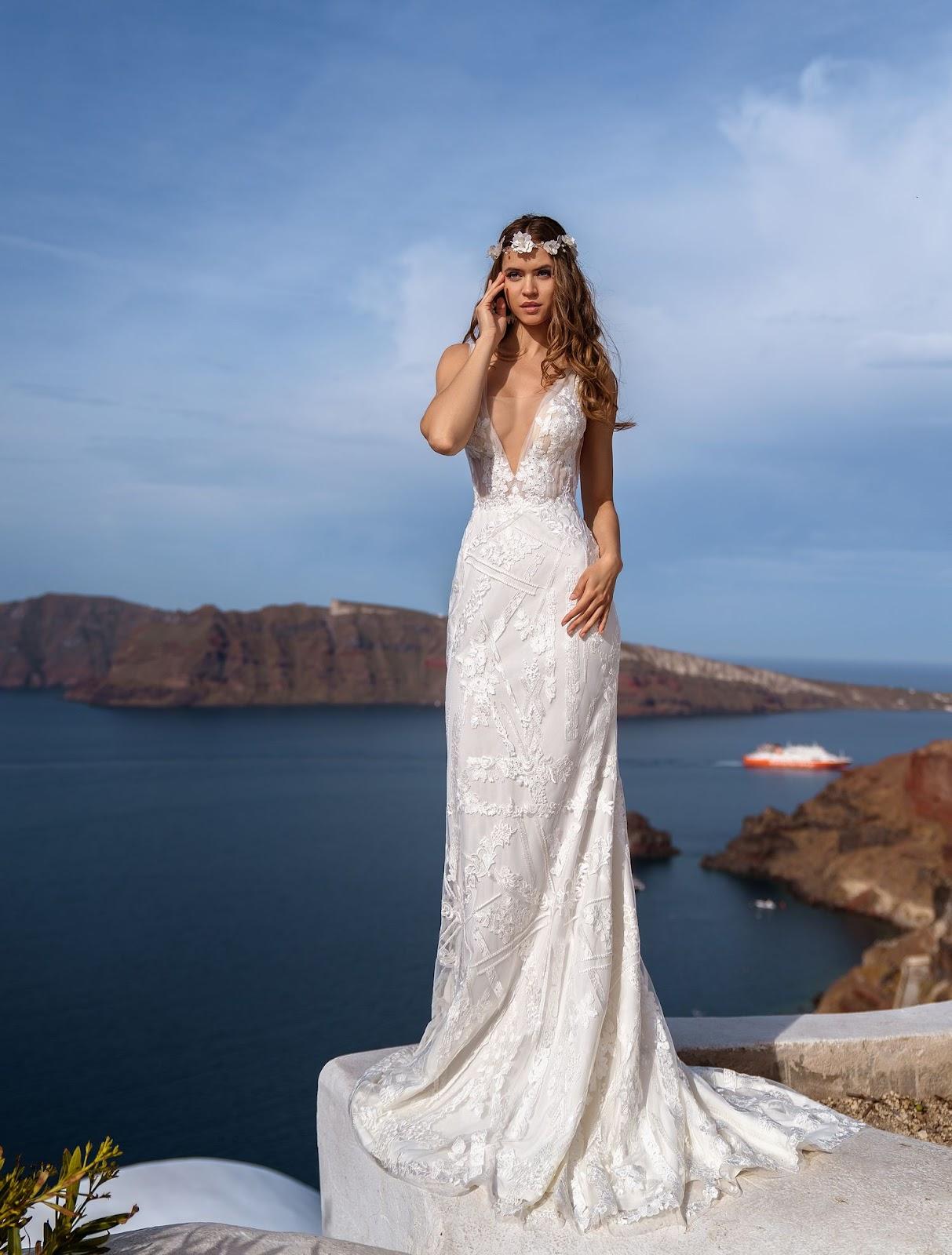 Весільна сукня з глибоким вирізом