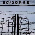 hek met prikkeldraad met daarboven tekst: Genocide