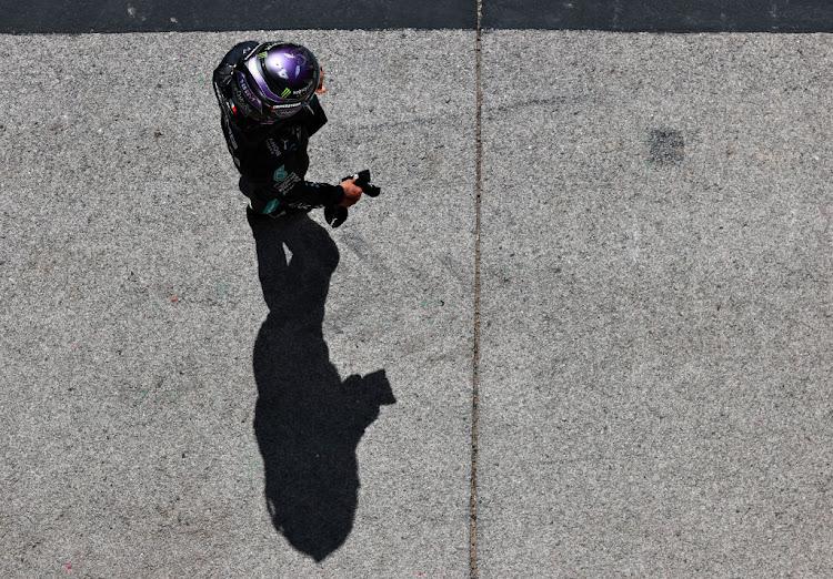 2021年5月1日,葡萄牙阿尔加维国际汽车大奖赛的预选赛中,获得第二名的英国车手刘易斯·汉密尔顿和奔驰GP在费姆公园观看比赛。