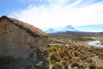 Photo: pequeña capilla con vista a los volcanes
