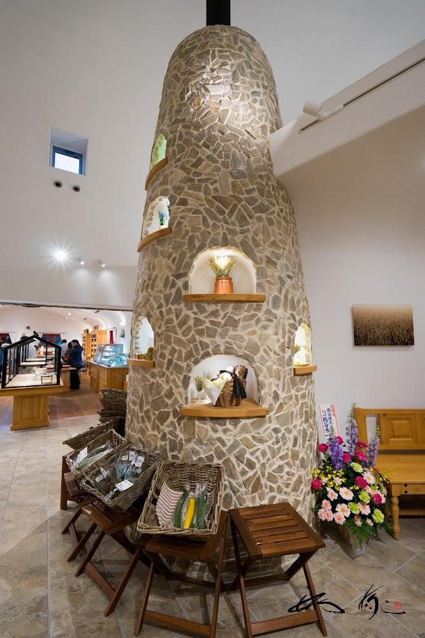 中央に鎮座する石窯オブジェ「大地の窯」