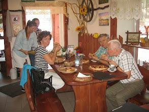 Photo: Piątek. Droga do Okuninki. Postój w Górze Kalwarii w pizzerii na mini pizzy, której ledwo dały radę dwie osoby. Ale była dobra.