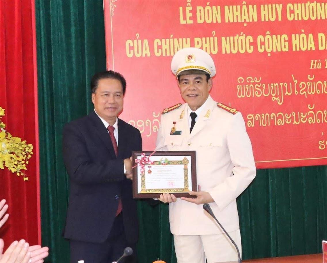 Trao bằng khen của Bí thư - Tỉnh trưởng tỉnh Bô-Ly-Khăm-Xây cho Đại tá Võ Trọng Hải.