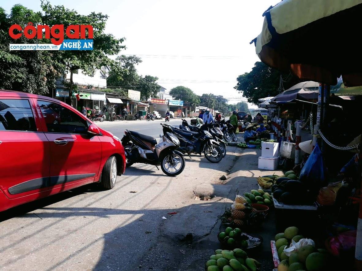 Tại chợ Nghi Ân (Tp. Vinh), các tiểu thương bán hàng ngay bên lề đường để tiện cho việc mời chào người mua.