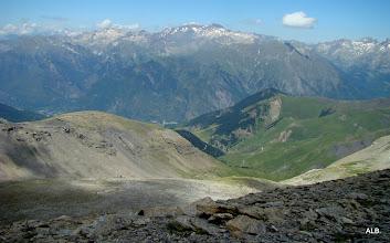 Photo: Algo atisba desde el fondo del valle.