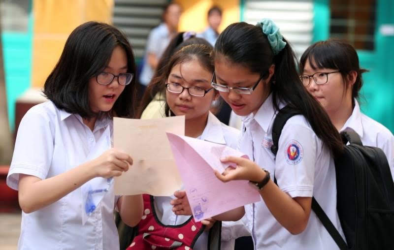 Học sinh trao đổi bài thi sau kỳ thi tuyển sinh vào lớp 10