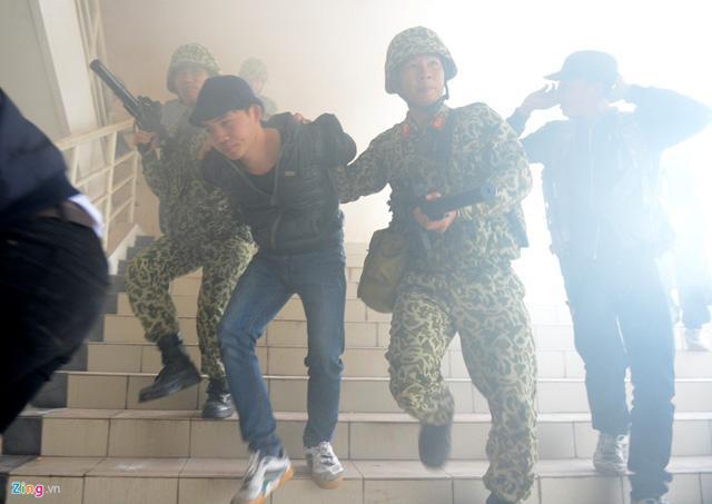 Description: Được lệnh của chỉ huy, các đơn vị đồng loạt xuất kích từ hai hướng là cửa chính và cửa sổ ập vào phòng, tiêu diệt, bắt giữ nhóm khủng bố.